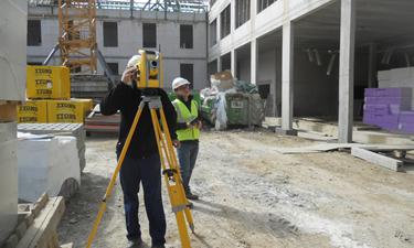 outsourcing van een landmeter op een bouwwerf