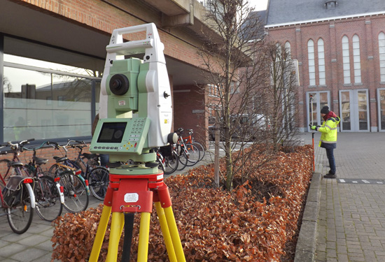 Landmeter van Teccon met totaalstation