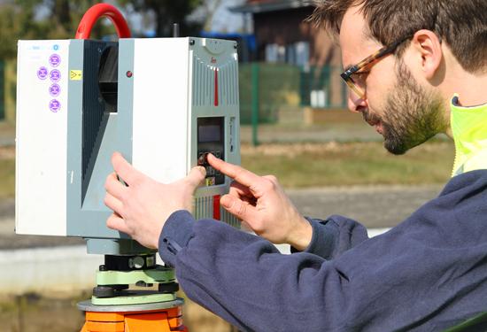 Landmeter met laserscanner