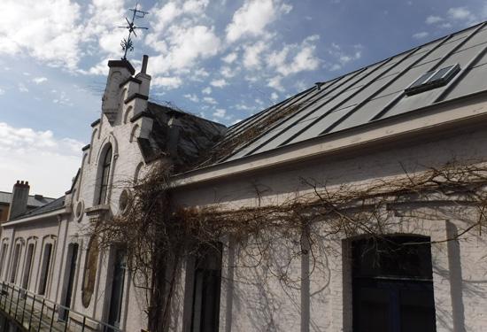 Foto van een dak voor plaatsbeschrijving van een school